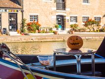 Alimente Bruerne Reino Unido el 31 de octubre de 2018: Halloween tallado pumpking en la tabla fuera del barco de río del canal en fotografía de archivo