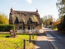 Alimente Bruerne Reino Unido el 31 de octubre de 2018: la casa inglesa tradicional de la cabaña adentro alimenta el pueblo del br imagen de archivo libre de regalías