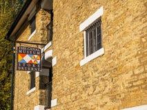 Alimente Bruerne Reino Unido el 31 de octubre de 2018: logotipo del museo del canal al lado del río del canal en pueblo en el nor fotos de archivo