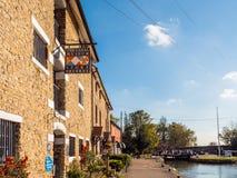 Alimente Bruerne Reino Unido el 31 de octubre de 2018: logotipo del museo del canal al lado del río del canal en pueblo en el nor foto de archivo libre de regalías
