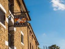 Alimente Bruerne Reino Unido el 31 de octubre de 2018: logotipo del museo del canal al lado del río del canal en pueblo en el nor imagenes de archivo