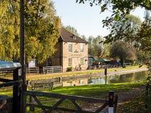 Alimente Bruerne Reino Unido el 31 de octubre de 2018: marstons el río siguiente del canal del pub de la navegación en pueblo en  foto de archivo