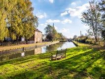 Alimente Bruerne Reino Unido el 31 de octubre de 2018: marstons el río siguiente del canal del pub de la navegación en pueblo en  imágenes de archivo libres de regalías