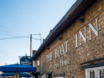Alimente Bruerne Reino Unido el 31 de octubre de 2018: pub y restaurante del mesón del barco al lado del río del canal en pueblo  imágenes de archivo libres de regalías