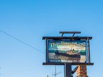 Alimente Bruerne Reino Unido el 31 de octubre de 2018: pub y restaurante del mesón del barco al lado del río del canal en pueblo  imagen de archivo