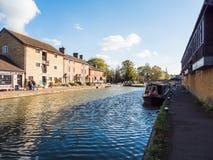 Alimente Bruerne Reino Unido el 31 de octubre de 2018: río del canal con los barcos y la tienda amarrados alrededor él en pueblo  imagen de archivo