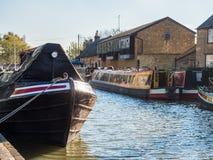Alimente Bruerne Reino Unido el 31 de octubre de 2018: río del canal con los barcos y la tienda amarrados alrededor él en pueblo  fotos de archivo