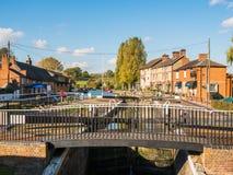 Alimente Bruerne Reino Unido el 31 de octubre de 2018: río del canal con los barcos y la tienda amarrados alrededor él en pueblo  fotos de archivo libres de regalías