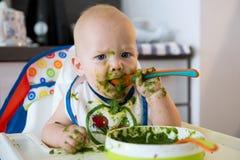 alimenter La première nourriture solide de la chéri photos stock