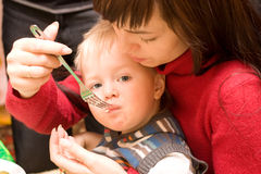 Alimenter un enfant photo stock