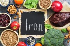 Alimenti alti in ferro Verdure, ricchi di frutti in ferro su un fondo rustico Vista superiore, disposizione piana, spazio della c immagine stock libera da diritti