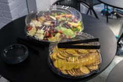 Alimenti del servizio nel continer di plastica Fotografia Stock Libera da Diritti