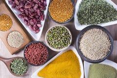 Alimenti eccellenti differenti organizzati come collezione sulla tavola fotografia stock