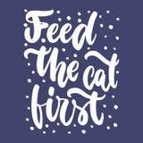 Alimenti il gatto disegnato first-hand segnando la frase con lettere per gli animalisti sui precedenti blu scuro Vettore dell'inc illustrazione di stock