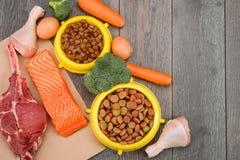 Alimenti per animali domestici freschi e dell'ingrediente fotografie stock
