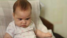 Alimenti per bambini d'alimentazione del bambino della giovane madre con il cucchiaio stock footage
