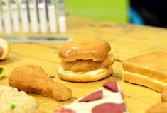 Alimenti a rapida preparazione alti in grasso e carboidrato disposti sulla tavola fotografia stock libera da diritti