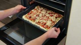 Alimenti a rapida preparazione che cucinano a casa Prendendo uno shorcut dell'alimento mangiando pizza a casa archivi video
