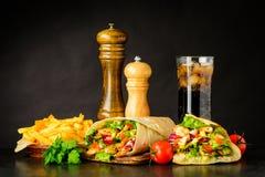 Alimenti a rapida preparazione con Shawarma, il kebab e la cola fredda Fotografie Stock Libere da Diritti