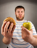 Alimenti a rapida preparazione CONTRO alimento sano Immagini Stock