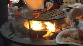 Alimenti a rapida preparazione della via, carne, pollo e verdure fritti su un addetto alla brasatura caldo stock footage