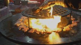 Alimenti a rapida preparazione della via, carne, pollo e verdure fritti su un addetto alla brasatura caldo archivi video
