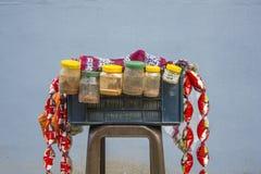 Alimenti a rapida preparazione della via indiana vendita dell'alimento alle vie in India immagine stock libera da diritti