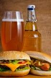 Alimenti a rapida preparazione e birra Immagini Stock Libere da Diritti