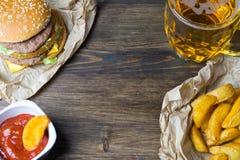 Alimenti a rapida preparazione e un vetro raffreddato di birra leggera fresca Fotografie Stock