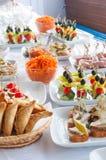 Alimenti a rapida preparazione, porcherie, approvvigionamento e concetto non sano di cibo - vicini su degli hamburger o dei panin Immagine Stock