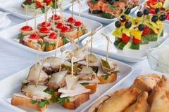 Alimenti a rapida preparazione, porcherie, approvvigionamento e concetto non sano di cibo - vicini su degli hamburger o dei panin Fotografie Stock Libere da Diritti