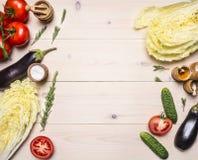 Alimenti sani, cucinando ed ingredienti di concetto vegetariano verdure differenti e per l'insalata, presentati su una tavola di  Fotografia Stock