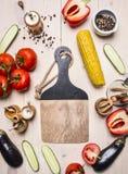 Alimenti sani, cucinare e concetto vegetariano i pomodori, intero pepe, peperone dolce rosso, cereale, condimenti dei cetrioli ha Fotografia Stock Libera da Diritti