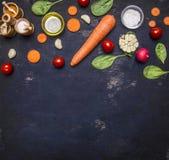 Alimenti sani, cucinare e concetto vegetariano le carote affettate, spinaci freschi va, condimenti il burro, pomodori ciliegia, s Fotografia Stock