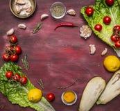 Alimenti sani, cucinare e concetto vegetariano, pomodori su un ramo, limone, olio d'oliva, pepe rovente, erbe, lattuga, melanzana Fotografie Stock