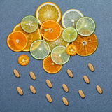 Alimenti sani e concetto della medicina Pillole di vitamina C immagini stock