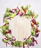 Alimenti sani, preparato vegetariano dell'insalata, cerchio imballato intorno alla vista superiore del fondo rustico di legno del Fotografia Stock Libera da Diritti