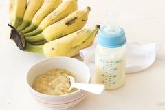 Alimenti sani schiacciati della banana per il bambino Fotografia Stock Libera da Diritti