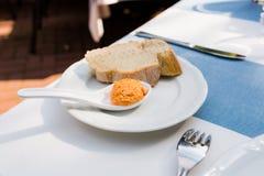 Alimento adeguato di dieta Patè casalingo e carota del fegato di pesce o del pollo in un piattino e su pane Immagini Stock Libere da Diritti
