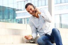 Alimento afastado antropófago feliz do sushi e fala no telefone celular na cidade imagem de stock royalty free