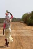Alimento africano del trasnport della donna Immagini Stock