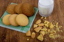 Alimento, alimentos sem valor nutritivo, culinário, cozimento e conceito comer - cookies de farinha de aveia e vidro de leite asc foto de stock
