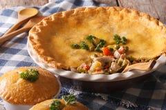 Alimento americano: Close-up da torta de potenciômetro da galinha na tabela horizontal imagem de stock