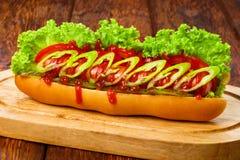 Alimento americano - hot dog piccante con il peperoncino rosso Immagine Stock