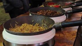 Alimento arrostito appetitoso nelle grandi pentole Festival all'aperto fresco dell'alimento mercato archivi video