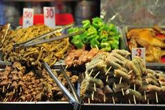 Alimento asado a la parilla en mercado de la noche de Taiwán Foto de archivo
