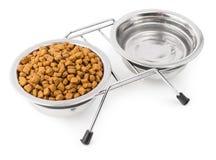Alimento asciutto per gli animali domestici con acqua Immagini Stock