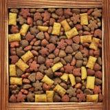 Alimento asciutto per i cani Immagine Stock