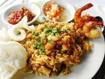 Alimento asiático, arroz fritado com marisco