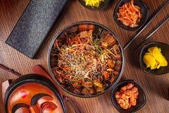 Alimento asiático Cocina coreana Tallarines coreanos picantes de la visión superior con el sistema del kimchi y mariscos con las  fotos de archivo